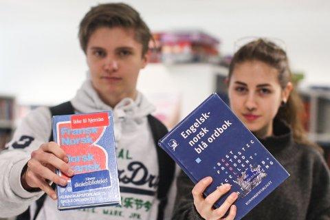Iben Bang (17) og Ania Kvitka (18) er uenige om hvor viktig 2. fremmedspråk på skolen er.