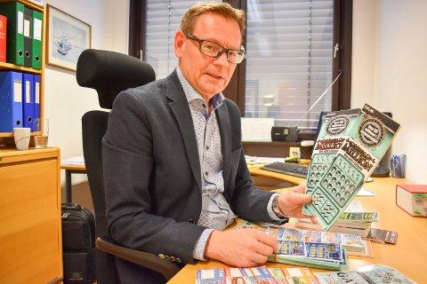 SKRAPELODD: Advokat Martin Smith sitter som bobestyrer etter konkursen i Bærum Videosenter med en stor mengde Flax-lodd.