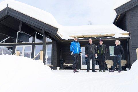Steinar Aune, Egil Eriksrud, Stein Olav Bleken og Gunvor Gamkinn ved den nye skistua på Skarrudseter.