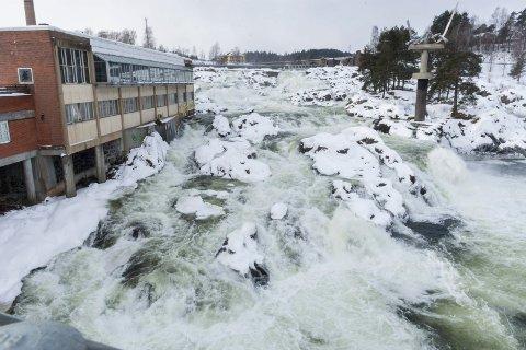 27. februar gikk det vann i Hønefossen på grunn av is i vanninntaket. Om snøsmeltingen kommer brått, kan det bli enda mer vann i fossen enn dette. Hos NVE håper de på en rolig og nedbørfattig snøsmelting.