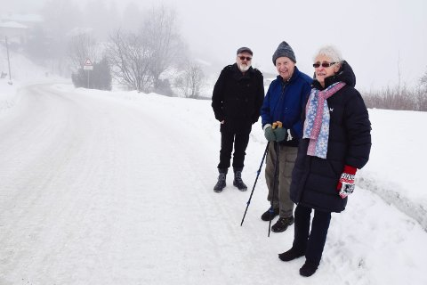 SIKRES: Bakken bak Øistein Muggerud, Carl og Ragnhild Eidsgård skal få autovern. Det synes de er helt greit, men det er ikke der utforkjøringene skjer.