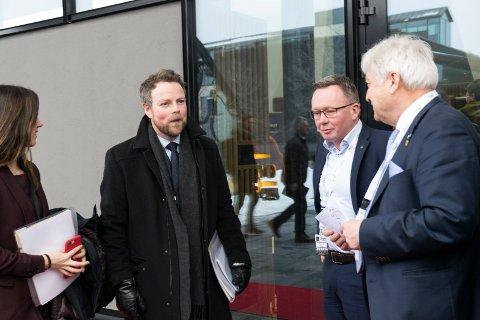 INNOVASJONSPENGER: Næringsminister Torbjørn Røe Isaksen (H) i prat med styreleder Olav Breivik i Viken Skog (til høyre) før konferansen Tømmer og marked på Sundvolden hotell i fjor.