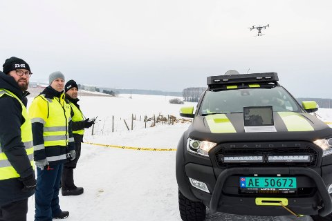 Systemutvikler og sensoroperatør Sigurd Hannaas fra Bergen Robotics/Raven, Tor A. S. Jørgensen fra Ringeriks-Kraft Nett og dronepilot Andre Kjellstrup fra Raven.