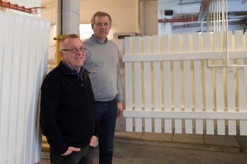 Stakitt: Geir Fuglum og Arne Jøgeir Gjerdalen med sine malte stakittgjerder.