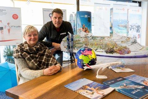 Lill Skovli og John Magne Trulsen hos Bennett HEG Hønefoss forteller om mange som vil reise til sydligere strøk etter en kald vinter.