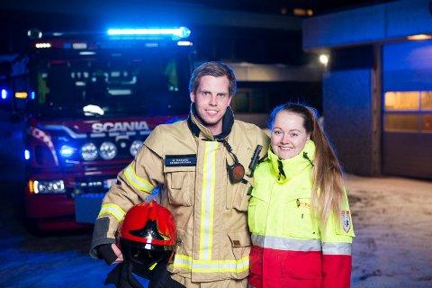 I uniform: Mathias Skaugrud og Nina Helgerud jobber begge i nødetatene og trives svært godt med det.