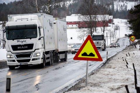 Det er store telehivskader på riksvei 35 ved Nakkerud. Her kommer Statens vegvesen til å gjøre grunnarbeider til sommeren.