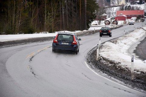 Ved Snyta er det sprekker i veien og humper på grunn av telehiv.