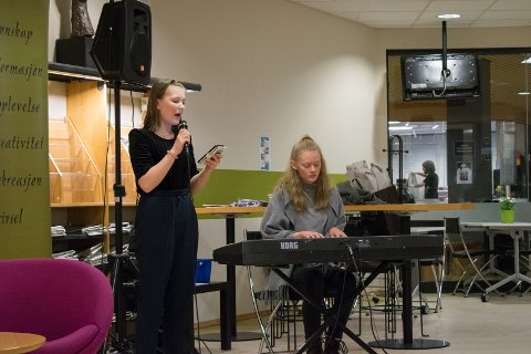 Musikkinnslag av Edda og Elida fra Hov Ungdomsskole.