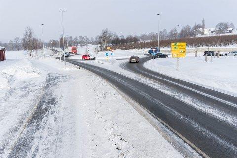Hønenkrysset skaper debatt lokalt. Trafikk fra Haug kommer tryggere ut på E16, men til gjengjeld blir det lengre køer i periodene med mest trafikk.