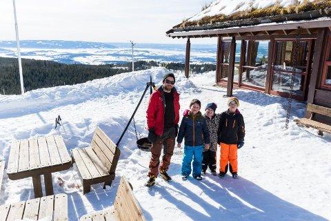 Vidar Bjøve Nørbech hadde SFO-elevene Getuar Biki, Ulrikke Sem-Jacobsen og Ola Lund på besøk. I påskeferien tar han gjerne imot mange påskegjester.