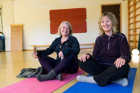 YOGA PÅ JOBB: – Jeg sitter jo stort sett ved pc-en hele dagen, sier Elisabeth Hvidt van Kervel (til venstre). Hun deltar ofte i yogatimene på Kartverket sammen med Unni Rundhaugen.