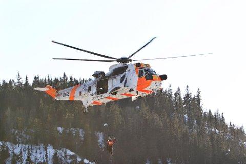 Mannen som 1. påskedag havnet i trærne under en tur med paraglider, kom uskadet fra hendelsen.