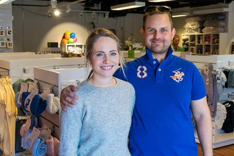 TIL SALGS: Innehaverne Stine Helgestuen Edvinsen (28) og Kristian Malmin (37) var godt fornøyd med mottakelsen da butikken åpnet på Kuben. Nå er den til salgs.
