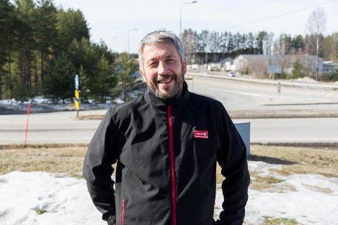 FIKK PENGENE: Innehaver Hans Ole Braathen på Circle K på Bergermoen fant fram til mannen som ikke betalte regninga si. Bildet er tatt i forbindelse med en annen sak.