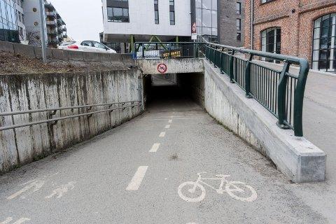 Inntil videre er det fortsatt forbudt å sykle gjennom gangtunnelen, selv om den nå er åpnet i nesten full bredde.