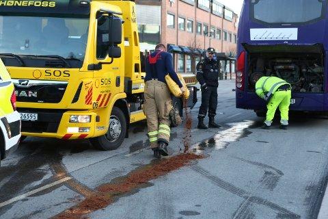 Det lekket store mengde kjølevæske fra bussen som sto parkert ved Sentrum stopp i Hønefoss. Brann- og redningstjenesten brukte bark i opprydningen.