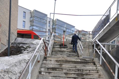 Ellen Strøm Fiane mener trappa ved Sentrumskvartalet/Samfunnshuset er en skamplett for byen.