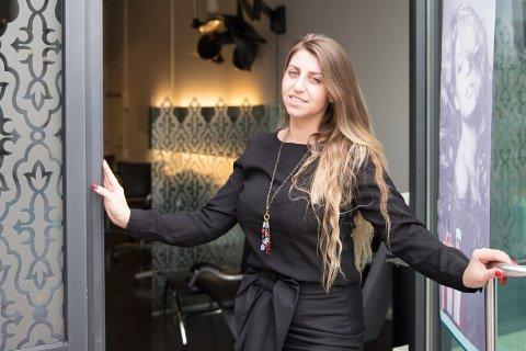Utradisjonell: Nijole Samauska har valgt å åpne frisørsalong den første dagen i mai og inviterer alle til å stikke innom på kaffe og kake.