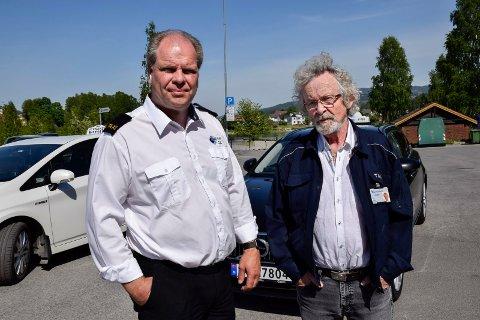 FRUSTRERT: Runar Granstad i Ring taxi og Vidar Gullheim i Jevnaker taxi mener piratkjøring er et økende problem i distriktet.