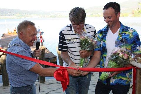– Da erklærer vi offisielt gjestebryggen for åpnet! Ordfører Lars Magnussen, Bjørn Frode Egelandsdal og Lars Magne Brenna.