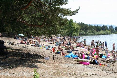 REKORDTIDLIG: Det var skikkelig sommerstemning på Røsholmstranda i helgen. Badesesongen er rekordtidlig i år.
