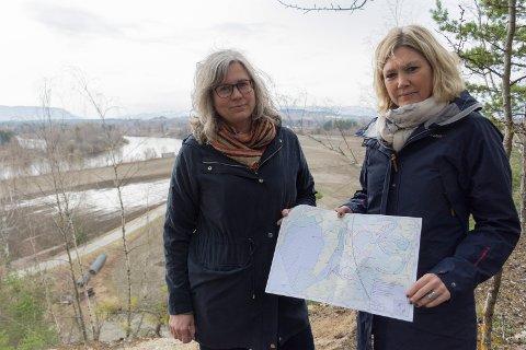 Miriam Geitz og Gunhild Dalaker Tuseth med kartet over verneplanen. I bakgrunnen ser vi flere av områdene som er foreslått vernet i nærheten av Storelva og Mælingen.