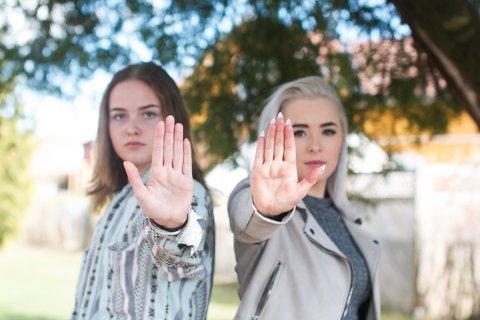 Malin Hagen Olsen (17) og Aurora Ringsjø (18) har opprettet instagrambrukeren @plastpikene for å sette fokus på plastforbruk.