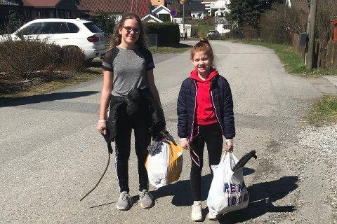 RYDDET OPP: Lisa Maria Westbyn (til venstre) og Marie Bakken med fulle søppelposer.