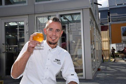 Det nye ølet er søtet med egenprodusert honning. Thomas Haugseth gleder seg til å by på ny meny i ny luftegård.
