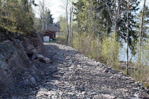 VEI FÅR STÅ: Veien som er utvidet ned mot fritidsboligen ved fjorden får stå.