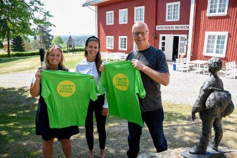 Turisme i egen region: Heidi Gran, Hilde Eltervåg og Preben L. Johannessen håper mange benytter seg av tilbudene i helgen. På Ringerikes Museum blir det stormønstring av veteranbiler søndag.
