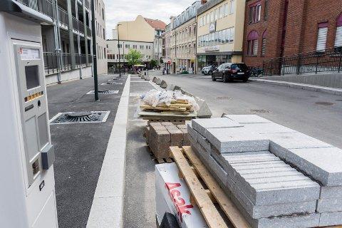 ÅPNER: Fortsatt er ikke byggearbeidene helt ferdige rundt Brutorget. Men snart blir det mulig å parkere på kommunale plasser langs gata.