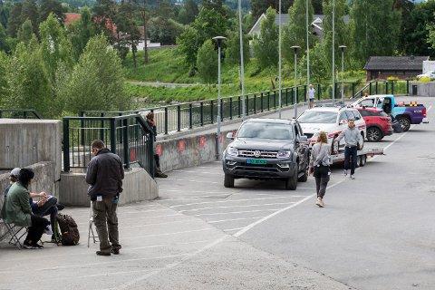 INNSPILLING: Scenene i Hønefoss sentrum tirsdag morgen ble spilt inn i forbindelse med NRKs 22. juli-serie.