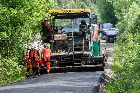 GJØR JOBBEN I VÅR: Asfaltleggingen på de lokale fylkesveiene blir gjort før fellesferien i år. Bildet er fra asfaltering i Åsbygda ved en tidligere anledning.
