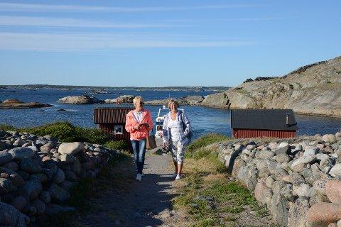 ØYHOPPING: Randi Myhre og Gunda Frodahl rusler i land på Ursholmen.