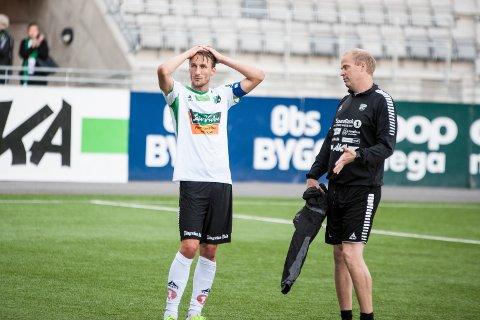 MANGE SMELLER: Kaptein Tor Øyvind Hovda og assistenttrener Lars Lafton har opplevd mange kalddusjer denne sesongen. Nå kjemper HBK en tortvilet kamp for tilværelsen i 2. divisjon.