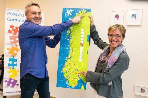 TAR NORGE PÅ LANGS: Veronica Lund og Christophe Amiel i Processcom er klar for sitt hittil nordligste oppdrag når de reiser fra Hønefoss til Kirkenes sykehus for å lære helsepersonell å kommunisere bedre.