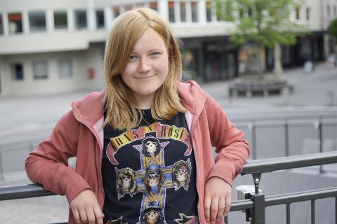 Sigrid Synøve Nordby (15) er en av flere lokale ungdommer som var med på å dekorere et av byggegjerdene på Brutorget for en stund siden.