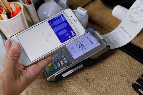 Apple Pay blir nå tilgjengelig for mange norske bankkunder. Tjenesten i Norge ble presentert onsdag formiddag.