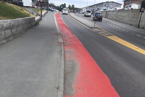 Flere av leserne har reagert på lukten fra det rødmalte sykkelfeltet.