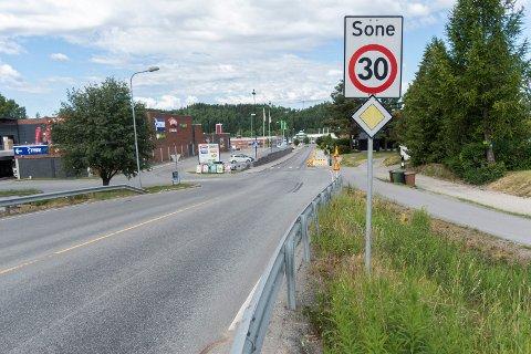BRYTER FARTSGRENSEN: Her er det 30-grense, men det er det mange som ikke bryr seg om. I Dronning Åstas gate kjører sju av ti biler for fort.