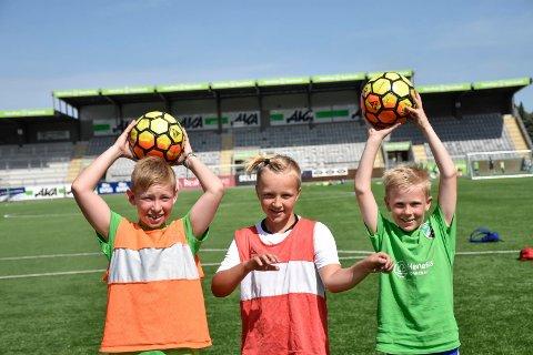 STORE MÅL: Lucas Christiansen (9), Mikal Alexander Blakkisrud (9) og Hernik Herstad Bjerke (9) drømmer om å bli fotballproffer.