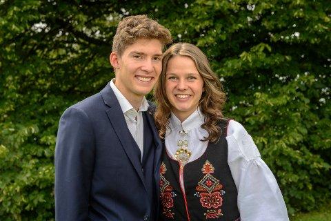 TOPPKARAKTERER: Kjærestene Kristoffer Thunem og Karina Tähti Dunset gikk ut fra Tyrifjord videregående skole med til sammen 44 seksere på vitnemålene.
