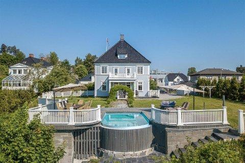 EKSKLUSIV EIENDOM: Den sjeldne villaen med svømmebasseng og strandlinje i Hønefoss er nå solgt.