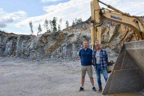 MILJØPAKKE: I 2021 skal det være tatt ut 500.000 tonn stein for å bygge skyteanlegget på Vågård. Sven Thoresen og Roar Johansen har fått tildelt miljøpakke fra staten for å bygge standplassen.