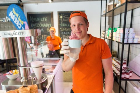 IS HOS SLAKTEREN: Emil Ødegård med det ferdige produktet: Iskrem med smak fra lokale bringebær, laget på Leiv Vidars unike iskremmaskin.
