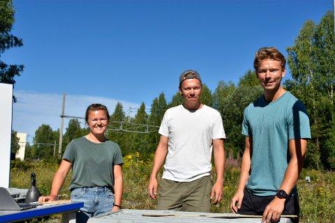 SOMMERJOBB: Kari Noer Lilli (24), Vemund Køber (26), Lars Strømnes Engen (25) logger kjerneprøver fra tunneltraseen til Ringeriksbanen. Det vil si at de vurderer kvaliteten på bergmassene der Bane Nor skal bygge den nye jernbanetunnelen.