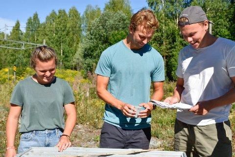 STUDENTER: Selv om alle tre studerer geologi, har de ulike bakgrunner og erfaringer. Det kommer godt med under sommerjobben hos Bane Nor.