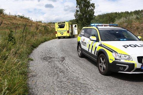 En motorsykkel kjørte utfor Viulveien i Hønefoss tirsdag ettermiddag.
